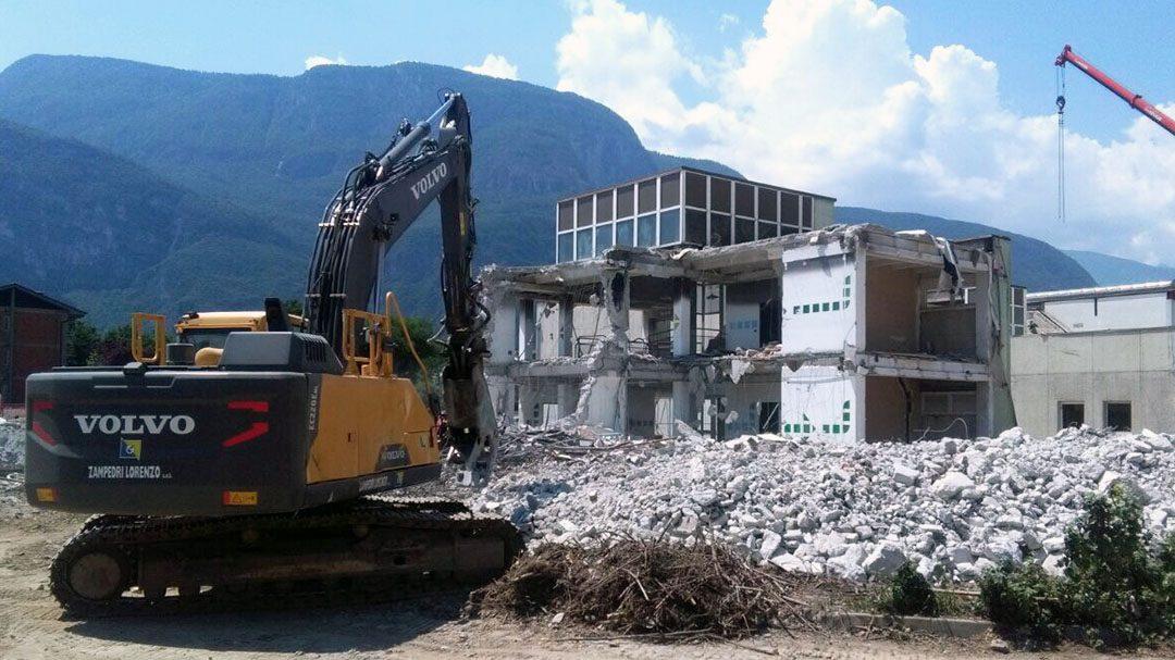 Mezzocorona, abbattuta la vecchia scuola